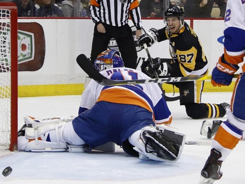 Sidney Crosby dáva gól Jaroslavovi Halakovi.