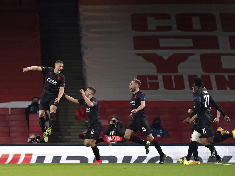 Tomáš Holeš (vľavo) oslavuje gól do siete Arsenalu