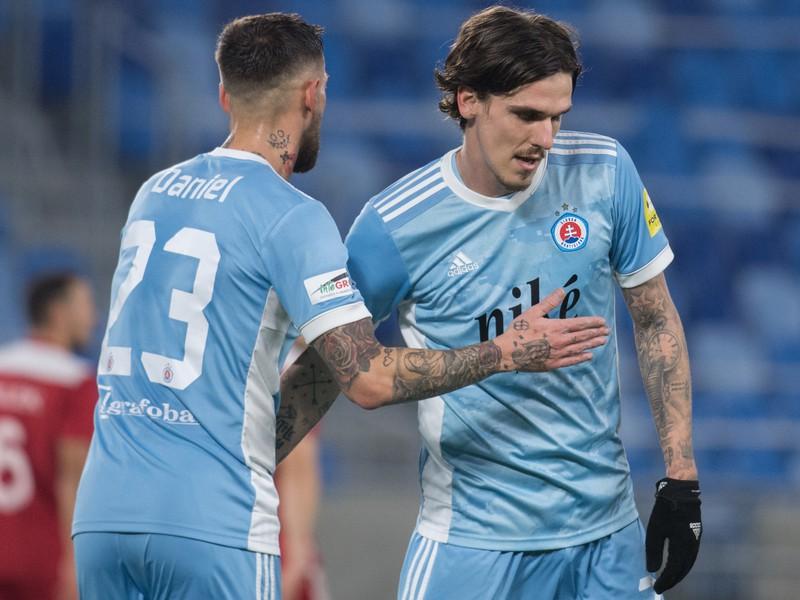 Gólová radosť futbalistov Slovana, vpravo Dávid Holman a vľavo Erik Daniel