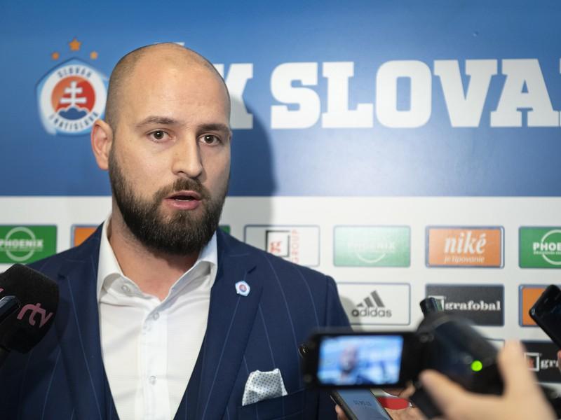 Ivan Kmotrík ml. odpovedá na otázky novinárov