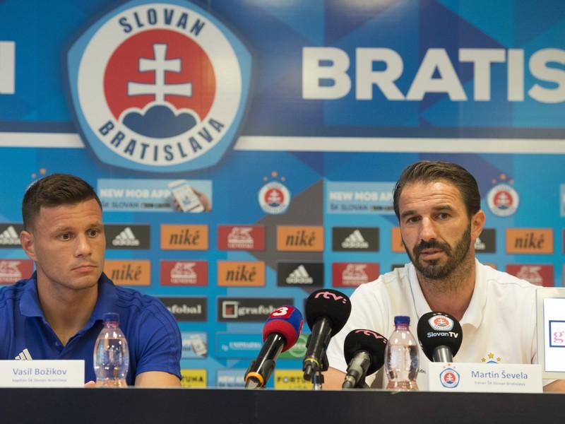 Na snímke vpravo tréner tímu ŠK Slovan Bratislava Martin Ševela a vľavo kapitán tímu Vasil Božikov