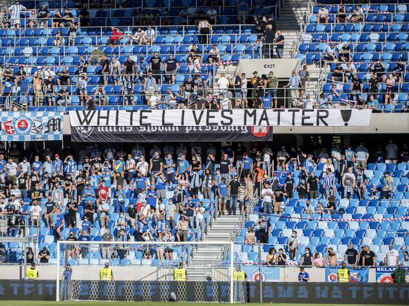 Fanúšikovia Slovana vyvesili v zápase s Michalovcami provokatívny transparent
