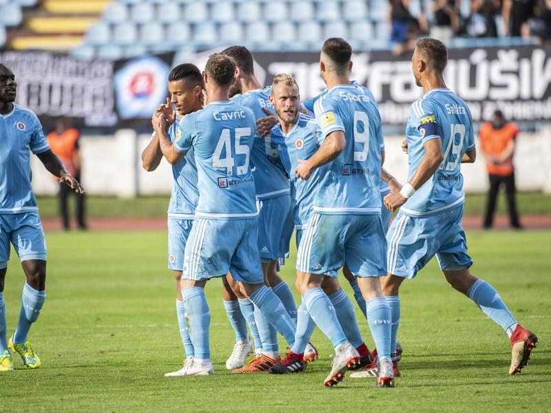 Na snímke hráči Slovana sa tešia po prvom góle