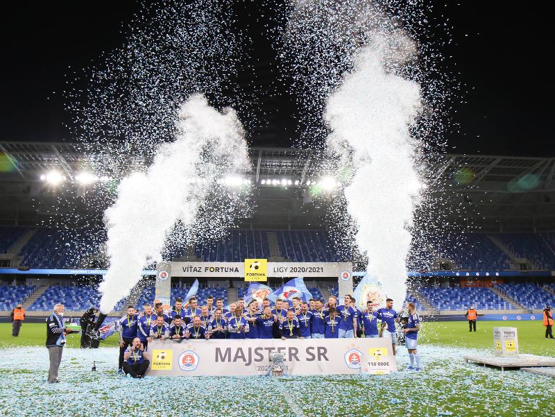 Hráči ŠK Slovan počas slávnostnej ceremónie preberania pohára pre víťaza Fortuna ligy