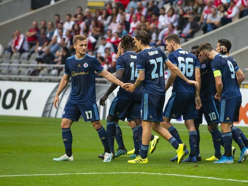 Na snímke hráči ŠK Slovan Bratislava oslavujú vyrovnávajúci gól na 1:1 počas zápasu 2. kola K - skupiny futbalovej Európskej ligy Sporting Braga – ŠK Slovan Bratislava