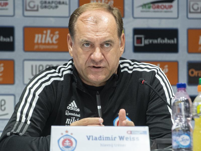 Na snímke tréner ŠK Slovan Bratislava Vladimír Weiss st. počas tlačovej konferencie pred odvetou play off Európskej ligy UEFA 2021/2022 proti Olympiakosu
