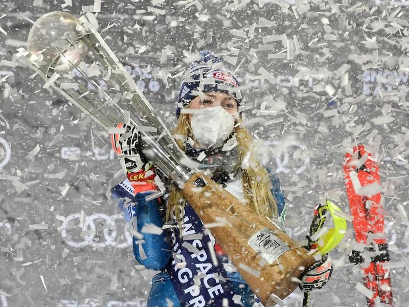 Americká lyžiarka Mikaela Shiffrinová pózuje na pódiu po víťazstve v nočnom slalome Svetového pohára žien v rakúskom Flachau