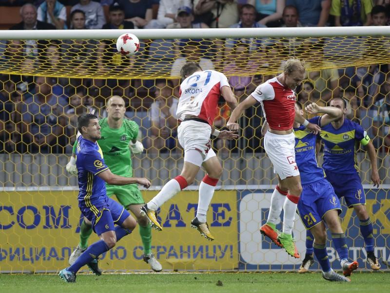 Milan Škoda (v strede) strieľa gól Slavie