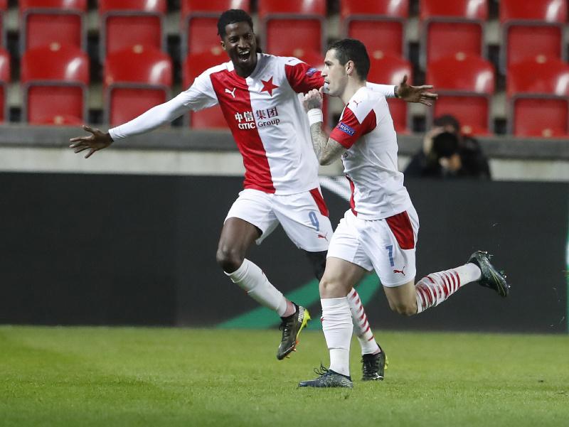 Na snímke vpravo rumunský stredopoliar Slavie Nicolae Stanciu oslavuje gól