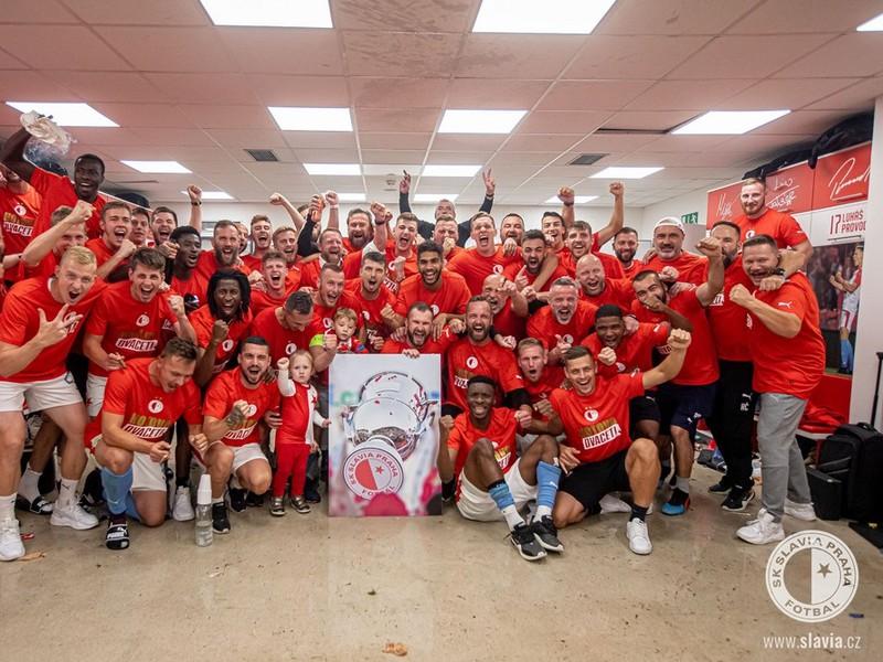 Hráči pražskej Slavie sa radujú z ligového titulu