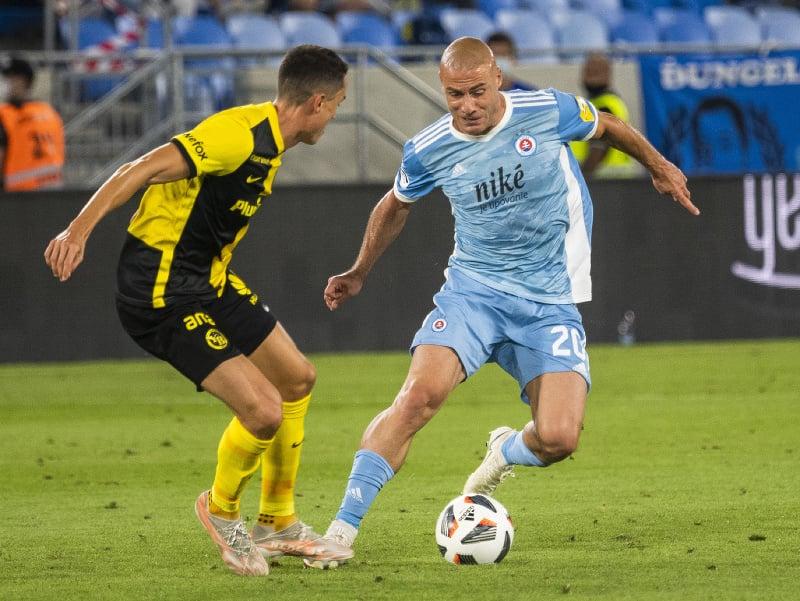Vincent Sierro (Young Boys) a Jaba Kankava (Slovan) bojujú o loptu