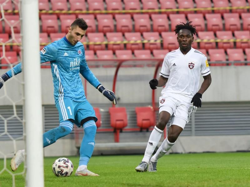 Na snímke vpravo hráč Trnavy Bamidele Yusuf a brankár Slovana Dominik Greif