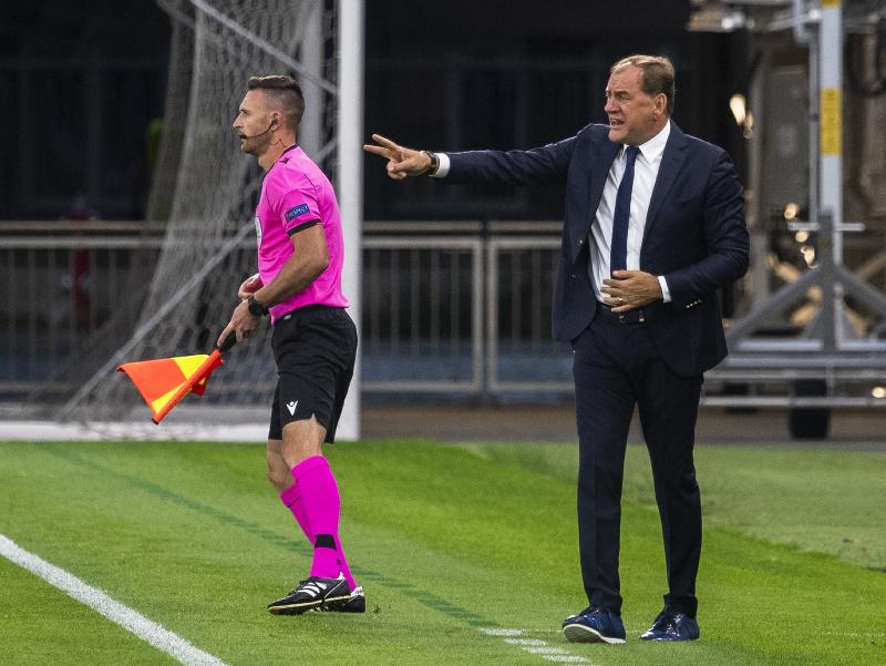 Tréner Slovana Vladimír Weiss gestikuluje počas 1. zápasu 2. predkola Ligy majstrov