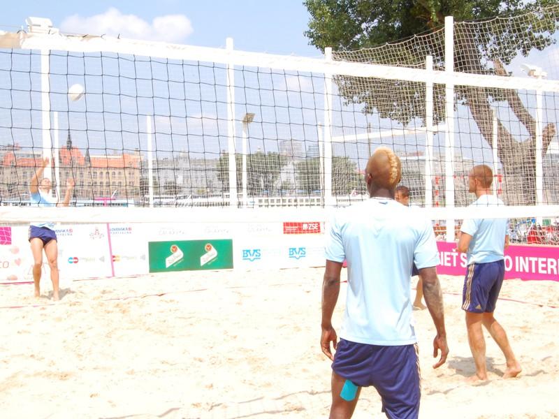 Futbalisti a hokejisti Slovana si na Magio pláži zahrali plážový volejbal a následne rozdali fanúšikom autogramy