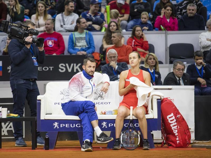 Anna Karolína Schmiedlová s nehrajúcim kapitánom Matejom Liptákom