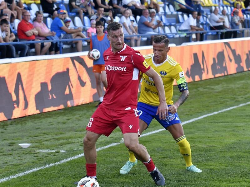 Vľavo hráč AS Trenčín Juha Pirinen, vpravo hráč MFK Zemplín Michalovce Igor Žofčák