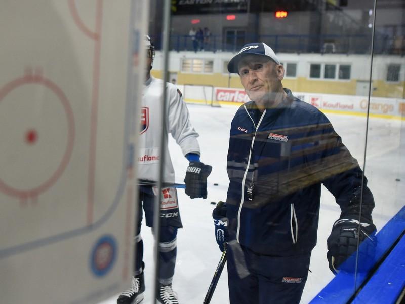Na snímke tréner slovenskej hokejovej reprezentácie Craig Ramsay počas tréningu