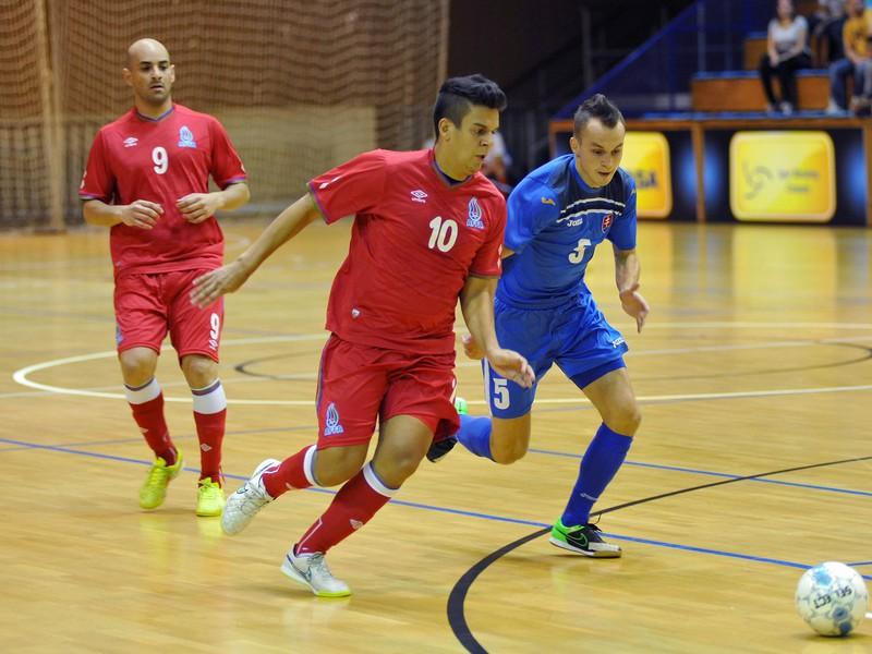 Sprava: Rick Gabriel hráč Slovenska a Amadeu Da Silva Sorbinho a Vieira Augusta Cesar hráči Azerbajdžanu počas barážového futsalového zápasu o postup na majstrovstvá Európy