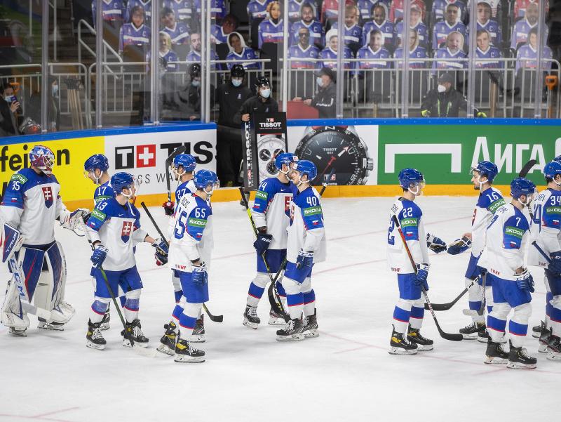 Na snímke smutní slovenskí hokejisti po prehre 1:6 vo štvrťfinálovom zápase s USA