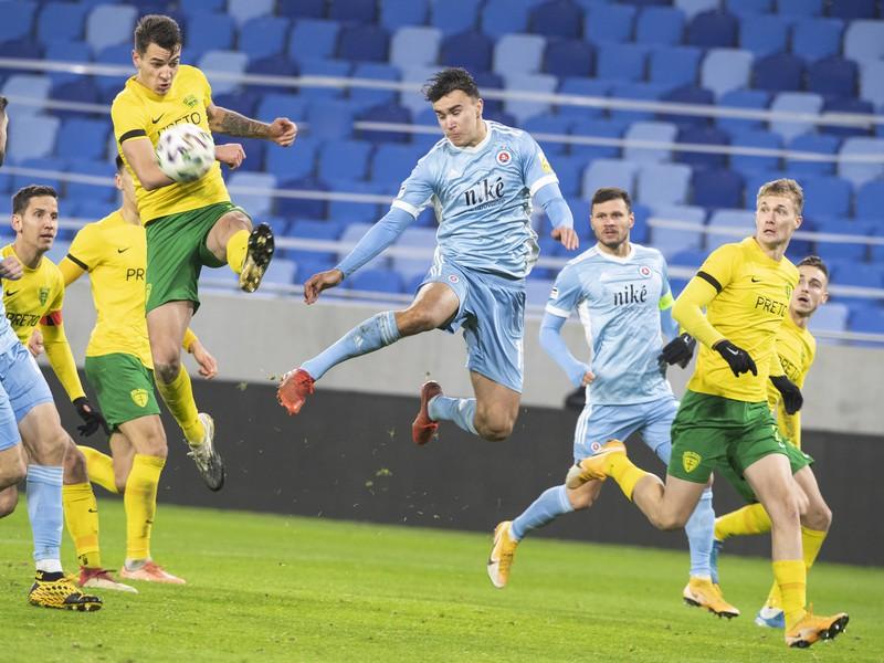 David Strelec (Slovan) a s loptou Jakub Kiwior (Žilina)