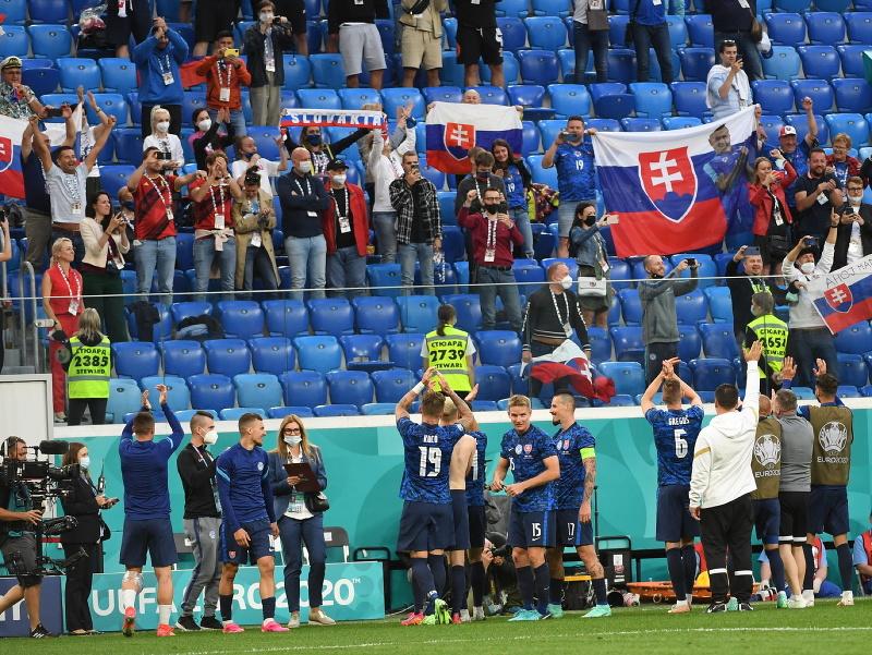 Futbalisti Slovenska oslavujú víťazstvo s fanúšikmi