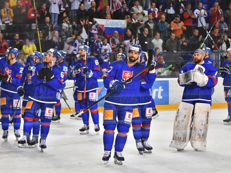 Na snímke hráči Slovenska oslavujú víťazstvo 6:1 v prípravnom zápase pred hokejovými MS 2019 Slovensko -  Veľká Británia