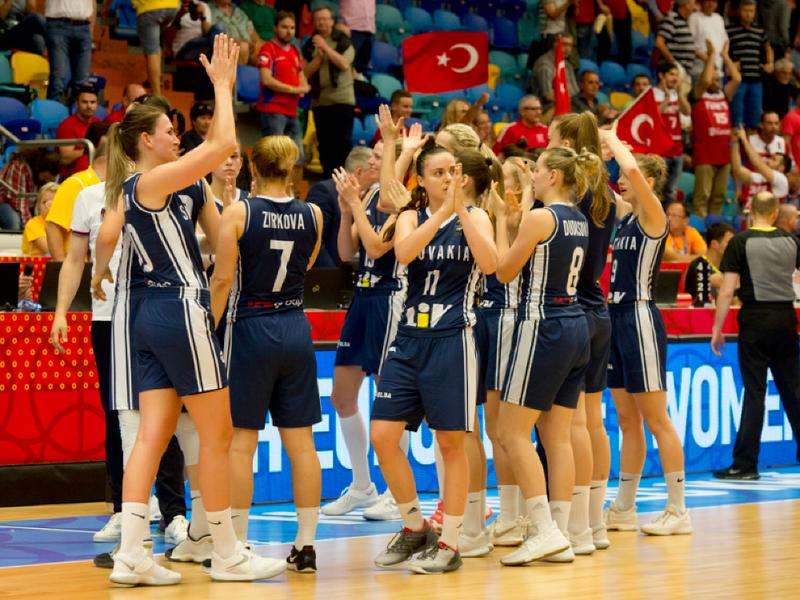 Slovenské basketbalistky ďakujú fanúšikom po prehratom stretnutí