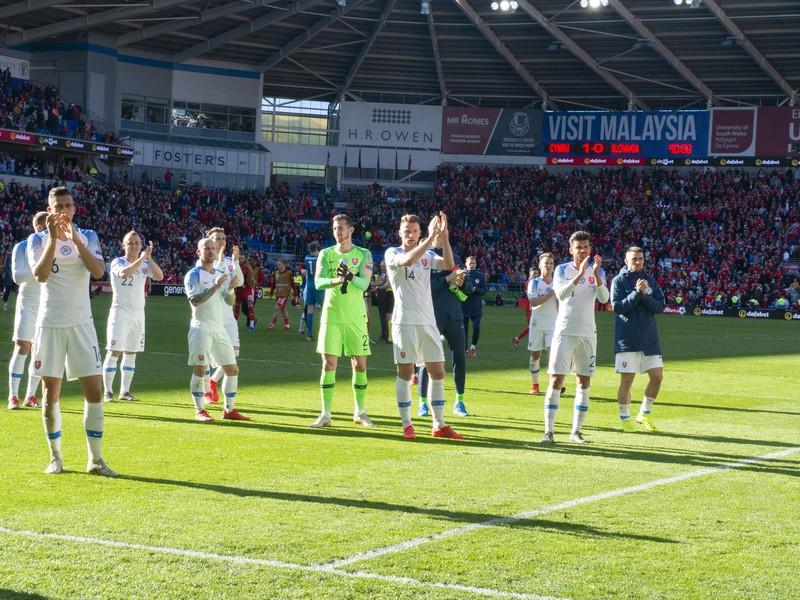 Na snímke slovenskí hráči ďakujú fanúšikom