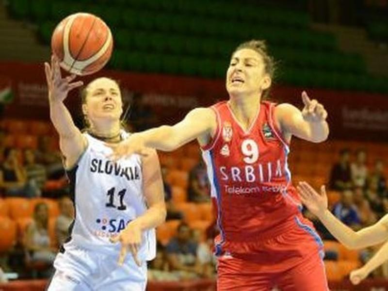 Hráčka Slovenska Barbora Bálintová (vľavo) a hráčka Srbska Jelena Milovanovičová (uprostred)