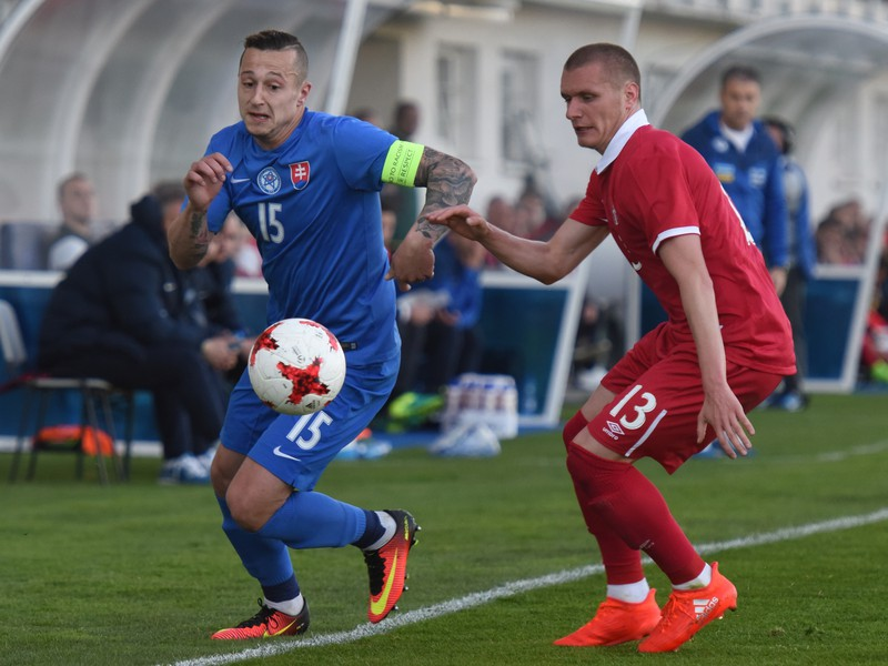 Kapitán Slovenska Adam Zreľák a hráč Srbska Nikola Antič v súboji o loptu