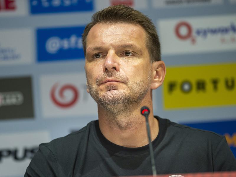 Tréner futbalovej reprezentácie Štefan Tarkovič počas tlačovej konferencie