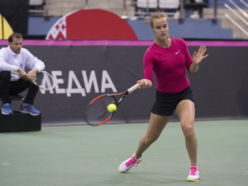 Anna Karolína Schmiedlová počas tréningu, v pozadí tréner Matej Lipták