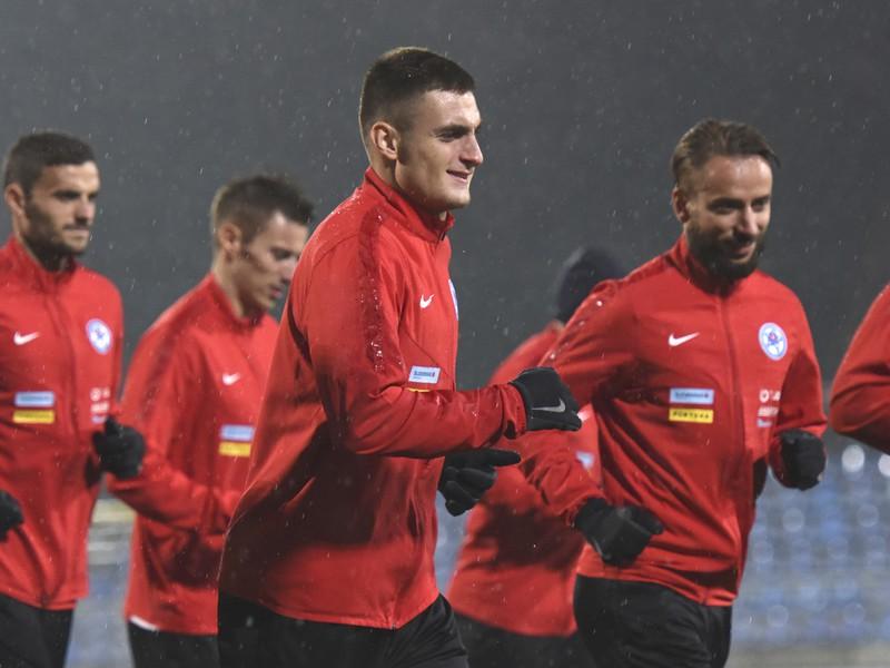 Na snímke hráč reprezentácie Slovenska Matúš Bero (uprostred) počas tréningu