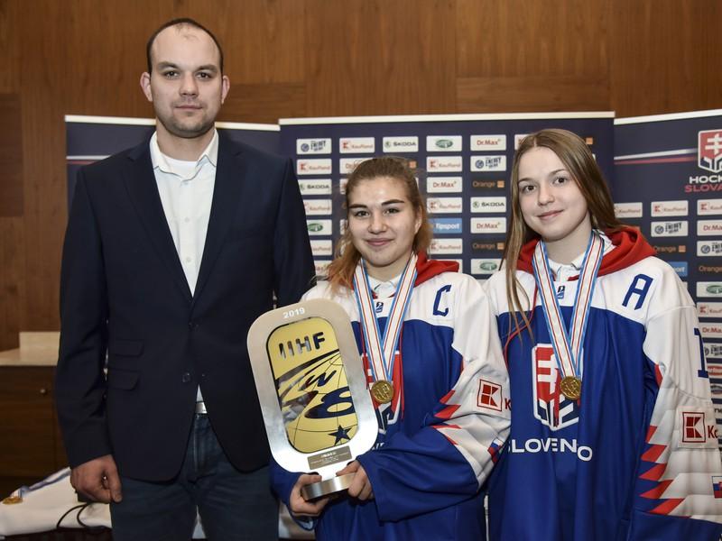 Na snímke zľava tréner slovenskej hokejovej reprezentácie žien do 18 rokov Peter Kúdelka, hráčka a kapitánka Sofia Vysokajová, hráčka Júlia Matejková