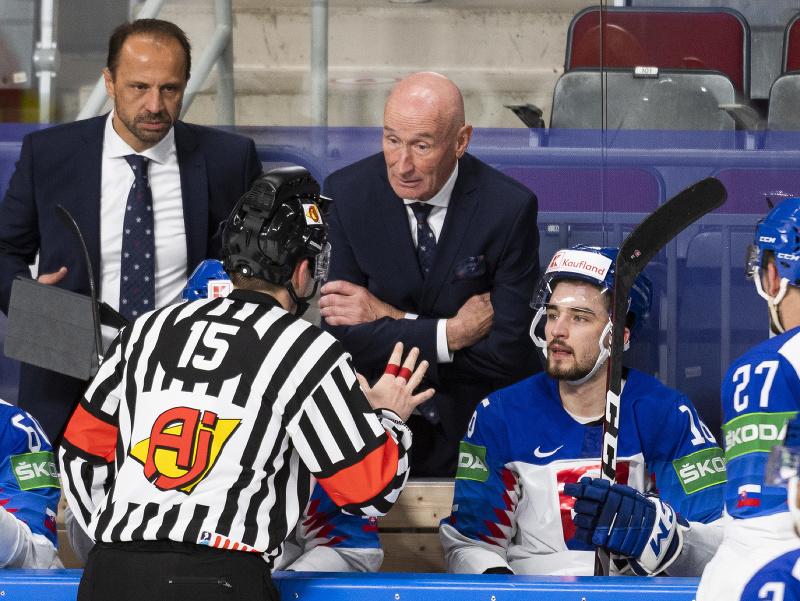 Na snímke hlavný tréner Slovenska Craig Ramsay (uprostred) sa rozpráva s rozhodcom, vľavo v pozadí asistent trénera Ján Pardavý
