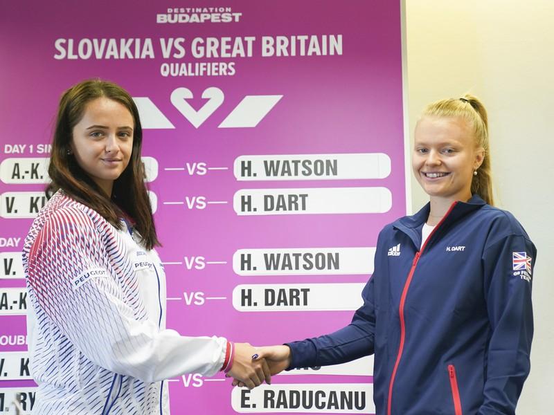 Slovenská tenisová jednotka Viktória Kužmová a vpravo britská dvojka Harriet Dartová