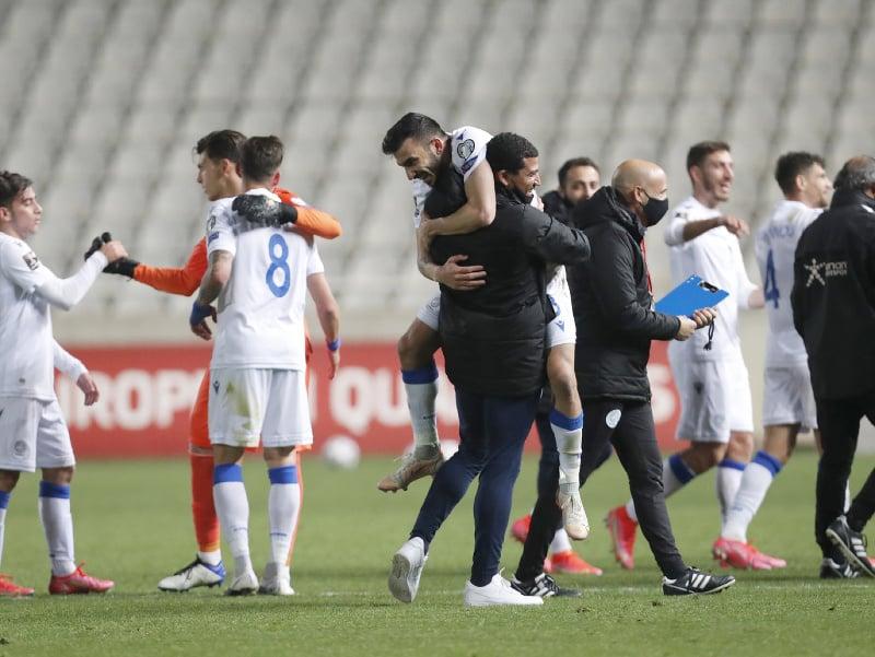 Hráči Cypru oslavujú víťazstvo