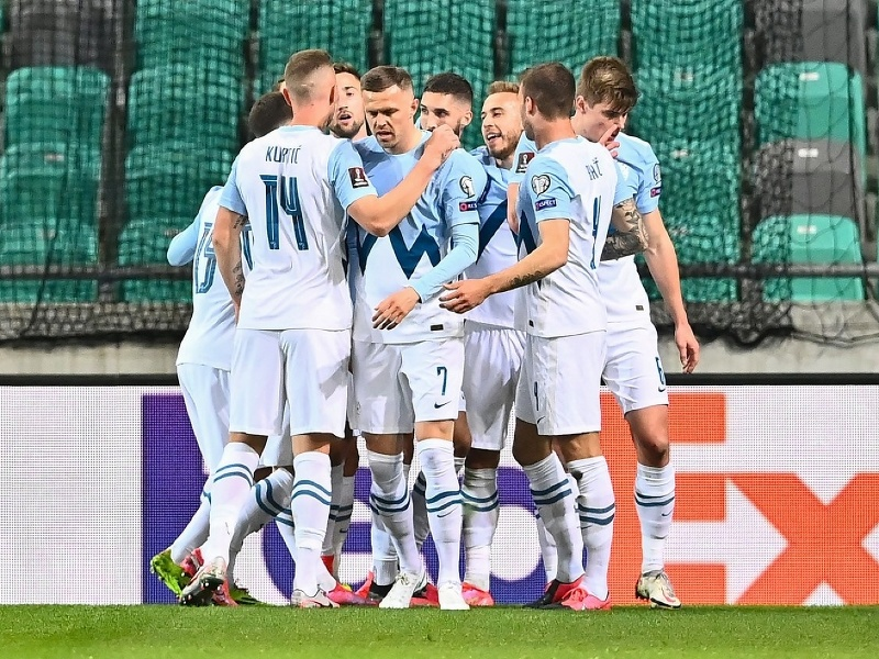 Slovinskí hráči oslavujú gól