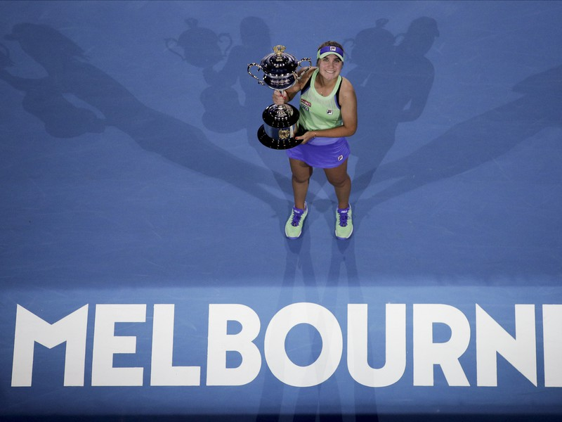 Sofia Keninová s trofejou pre víťazku Australian Open