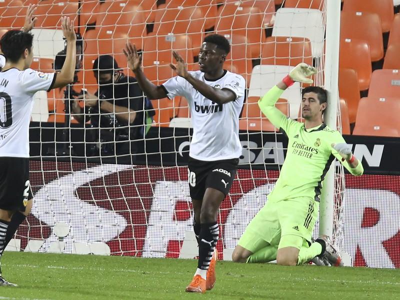 Prekonaný brankár Realu Thibaut Courtois a gólové oslavy futbalistov Valencie
