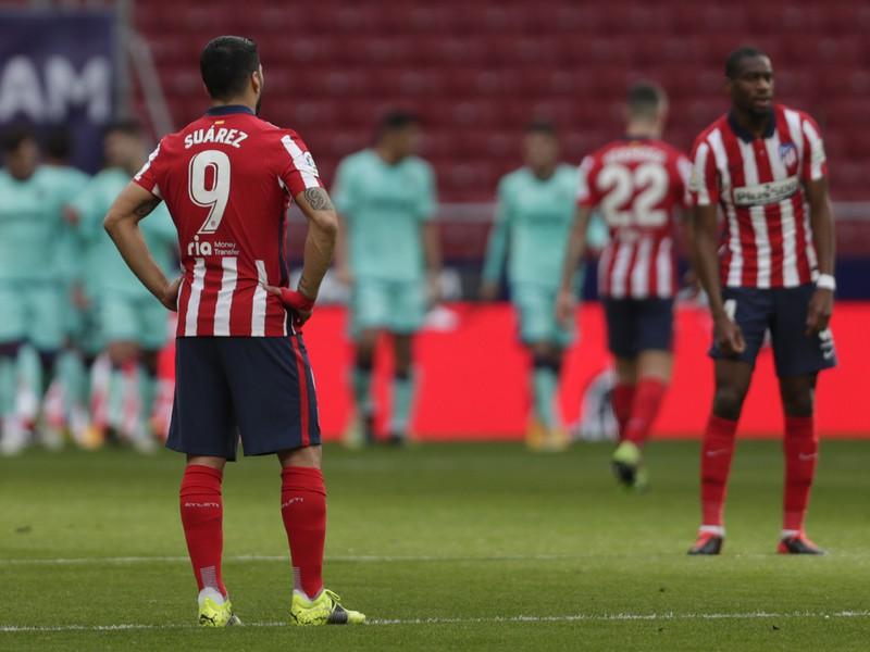 Luis Suárez a v pozadí gólové oslavy futbalistov Levante