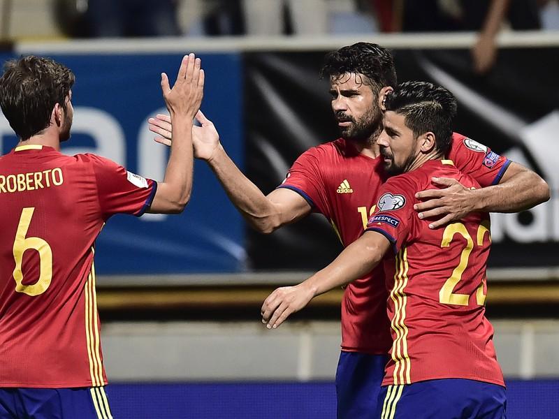 Diego Costa (v strede) so spoluhráčmi oslavuje svoj gól