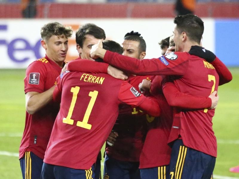 Futbalisti Španielska oslavujú gól