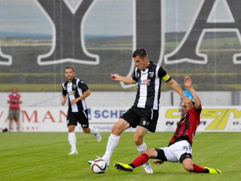 Zľava: Štefan Pekár zo Spartaku Myjava a Lukáš Greššák z FC Spartak Trnava