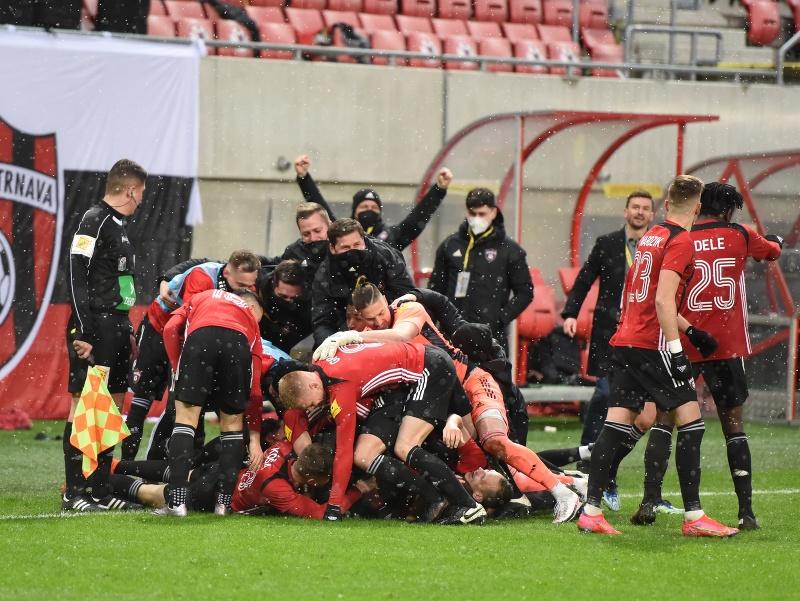 Na snímke radosť hráčov Trnavy po strelení víťazného gólu