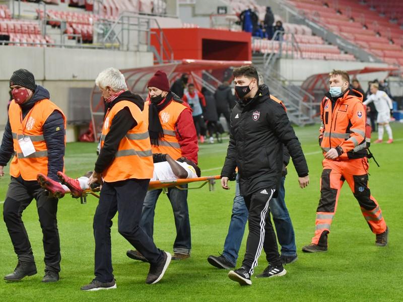 Usporiadatelia odnášajú na nosidlách zraneného hráča Trnavy Yanna Michaela Yaoa