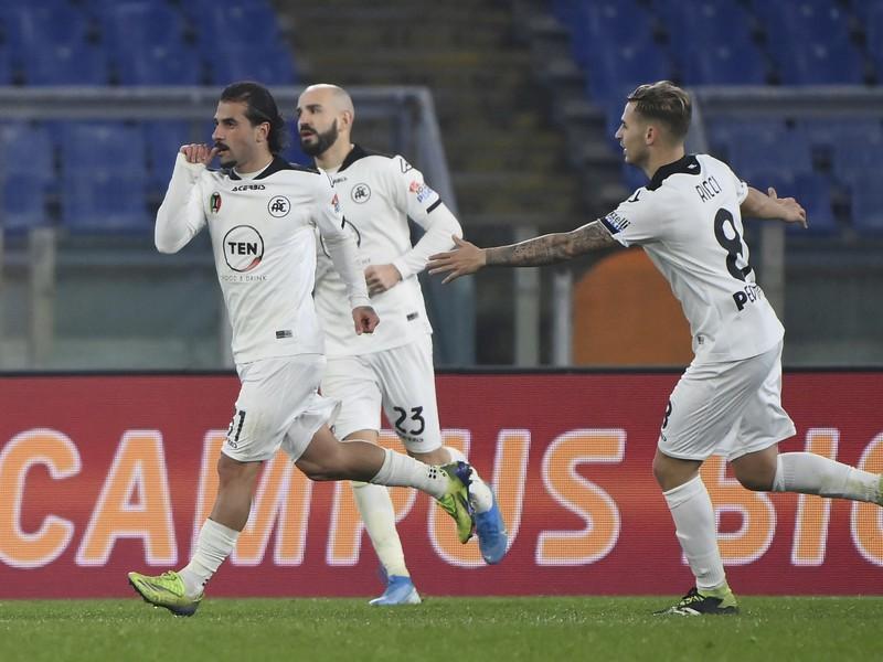 Vľavo hráč Spezie Daniele Verde oslavuje gól v 107. minúte v zápase osemfinále Talianskeho pohára