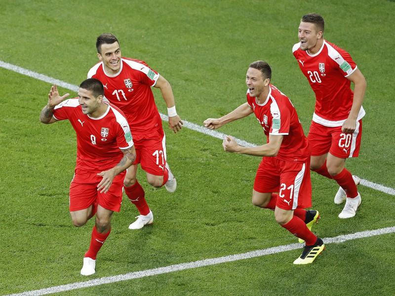 Aleksandar Mitrovič so spoluhráčmi oslavujú gól