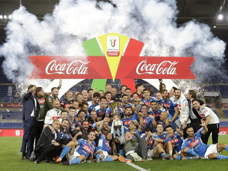 Oslavy hráčov Neapola s trofejou Coppa Italia