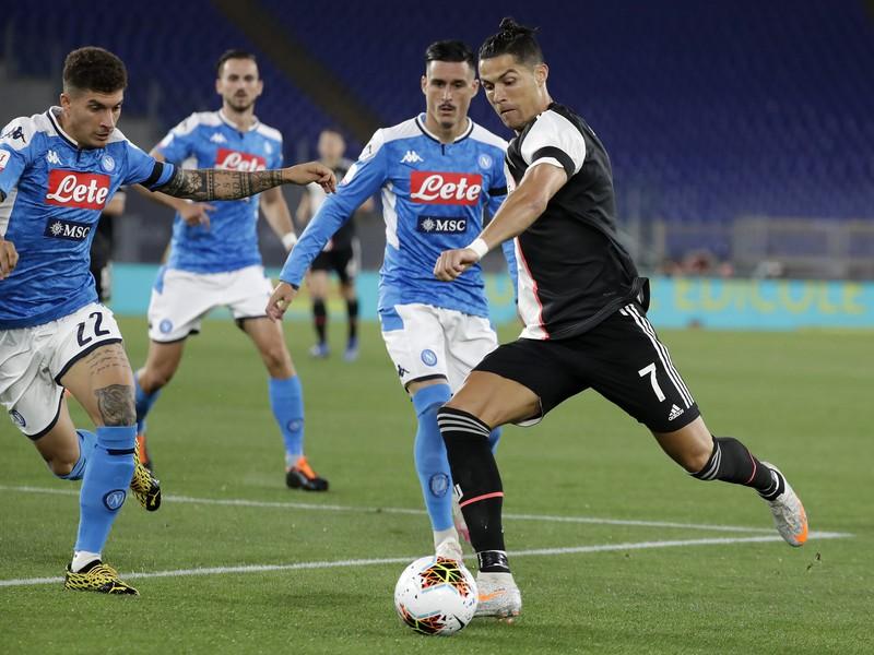 Cristiano Ronaldo v obkľúčení hráčov Neapola